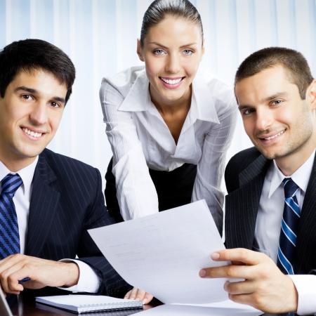 Trois hommes d'affaires travaillant avec le document au bureau