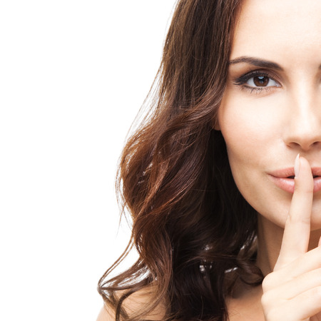 Portret van mooie vrouw met vinger op de lippen, geïsoleerd op witte achtergrond