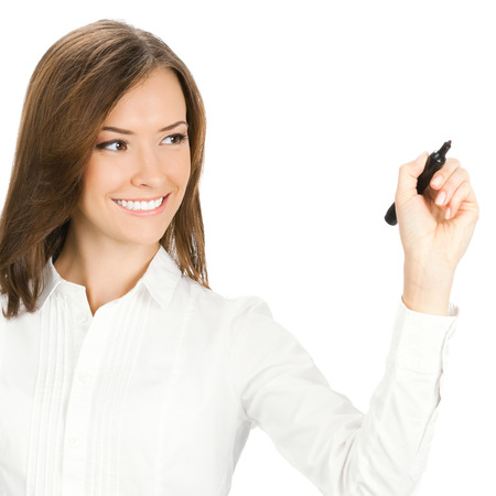 Bonne femme souriante gaie jeune entreprise d'écriture ou de dessin sur l'écran avec un marqueur noir, isolé sur fond blanc