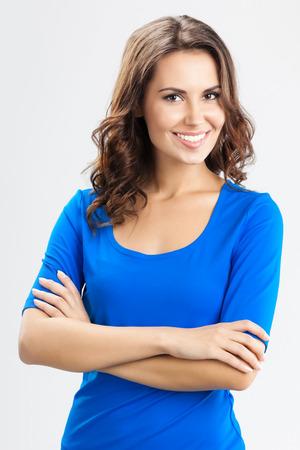 Porträt jungen fröhlich lächelnde Frau über graue Wand Standard-Bild - 26207510