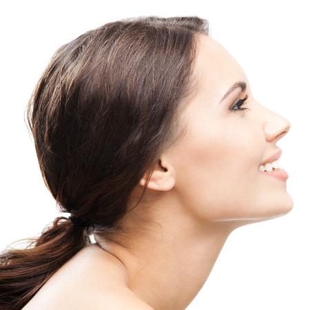 若い幸せな笑顔美人、白い背景で隔離のプロファイル側面の肖像画