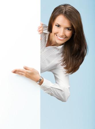 Happy souriante jeune femme d'affaires montrant enseigne vierge Banque d'images