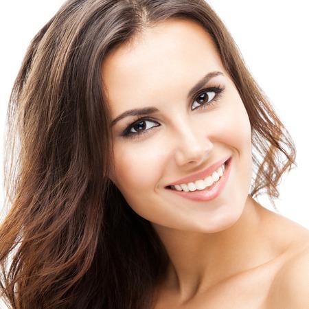Portrait der schönen jungen Frau glücklich lächelnd, isoliert über weißem Hintergrund