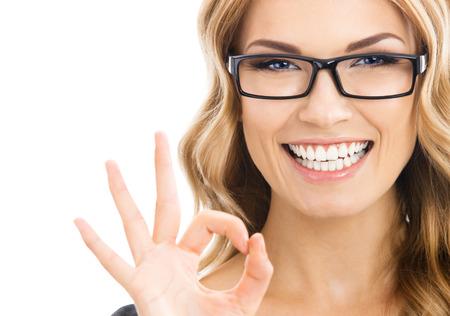 Glücklich lächelnde Geschäftsfrau mit okay Geste, isoliert auf weißem Hintergrund