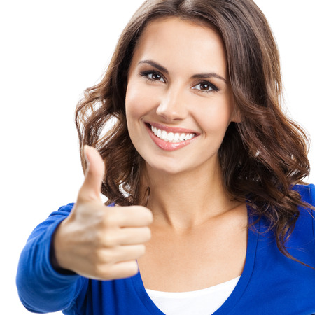 gesto: Happy úsměvem krásná mladá žena ukazuje palec nahoru gesto, izolovaných na bílém pozadí Reklamní fotografie