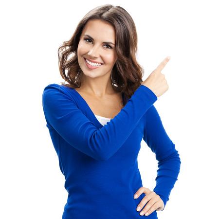 Sourire heureux belle jeune femme montrant copyspace, imaginaire visuel ou quelque chose, ou en appuyant sur le bouton virual isolé sur fond blanc Banque d'images