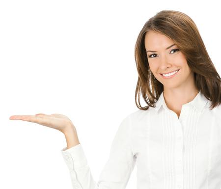 Portrait der jungen glücklich lächelnde Geschäftsfrau zeigt etwas oder Halten mit copyspace, isoliert über weißem Hintergrund Standard-Bild - 28319607