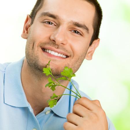potherbs: Atractivo feliz sonriente joven con potherbs
