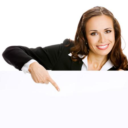 Glücklich lächelnde junge Business-Frau zeigt leere Schild, isoliert über weißem Hintergrund