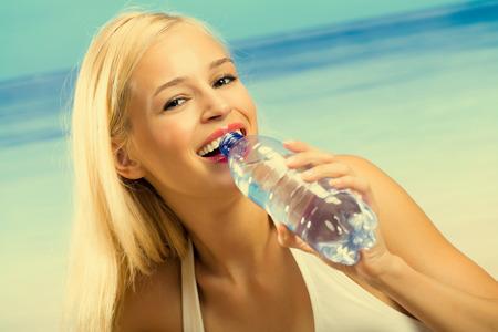 tomando agua: Retrato de joven agua en playa