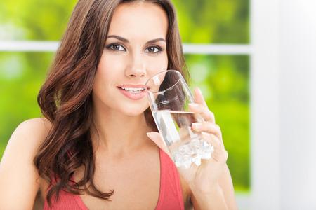 vaso de agua: Retrato del agua potable de la mujer joven, al aire libre