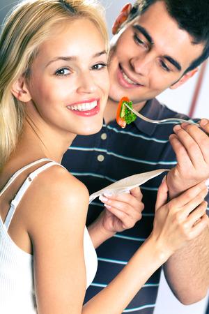 haciendo el amor: Pares sonrientes felices atractivos jóvenes que comen juguetónamente vehículos, dentro