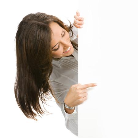 slogan: Feliz sonriente mujer hermosa empresa joven mostrando cartel en blanco, aisladas sobre fondo blanco