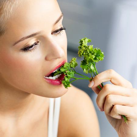 cilantro: Mujer de comer cilantro Foto de archivo