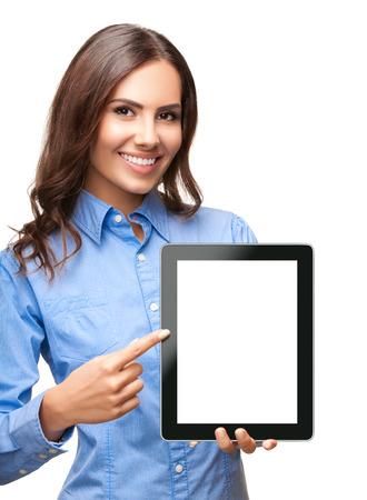空白を含まない名前のタブレットの pc のモニター、copyspace 領域の白い背景に対して隔離されるを示す幸せな笑みを浮かべて美しい若い実業家