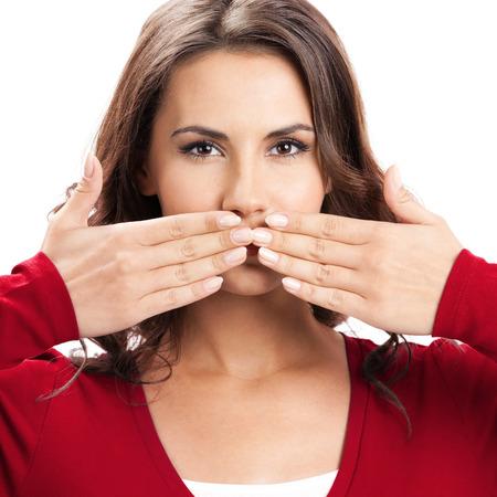 guardar silencio: Mujer hermosa joven con las manos cubriendo su boca, aislado sobre fondo blanco