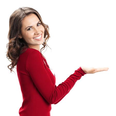 Retrato de alegre joven y bella mujer que muestra copyspace o algo, aislado sobre fondo blanco