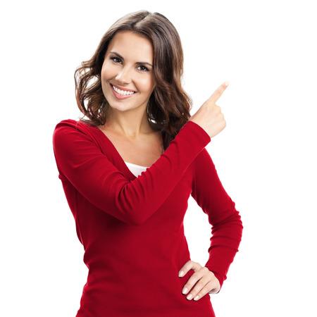 Portret van vrolijke jonge vrouw met copyspace, visuele denkbeeldige of zoiets, of drukken virual knop, geïsoleerd op een witte achtergrond