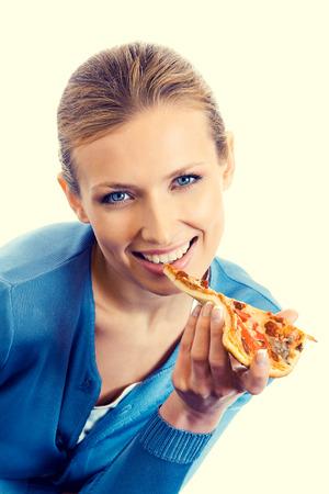 Schöne junge Frau, die Pizza essen