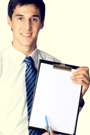 eslogan: El hombre de negocios que muestra el portapapeles con zona de copyspace de texto o lema