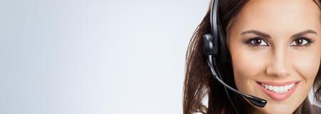 servicio al cliente: Retrato de feliz sonriente operador de soporte telefónico o empresarias en auriculares, con área de copyspace en blanco para lema o texto