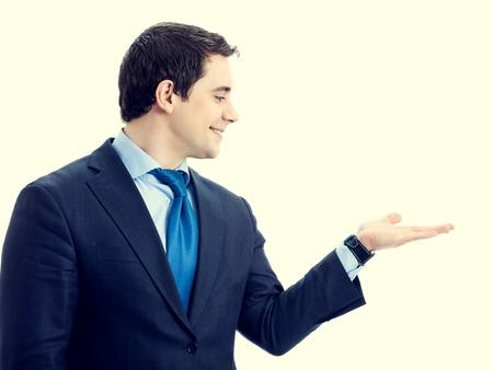 alzando la mano: Retrato de feliz sonriente hombre de negocios mayor que muestra algo o área en blanco copyspace vacía de signo o texto lema, vista de perfil lateral. Marketing y concepto de publicidad.