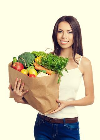 bolsa de pan: Retrato de la mujer alegre feliz celebración de bolsa de compras con alimentos crudos vegetariana saludable, en la tapa del tanque de ropa casual. Una alimentación saludable y el concepto de dieta.