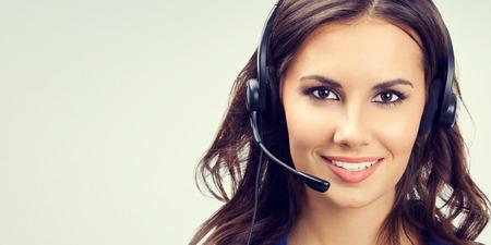 Retrato de alegre joven operador de soporte telefónico o empresarias en auriculares, con área de copyspace en blanco para lema o texto. Concepto de servicio al cliente.