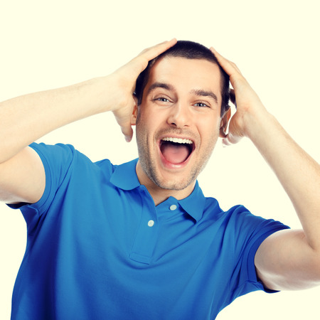 sorprendido: Retrato de expresivo feliz joven Morena guapo sorprendido o conmocionado en azul ropa camiseta casual, especialmente entonado