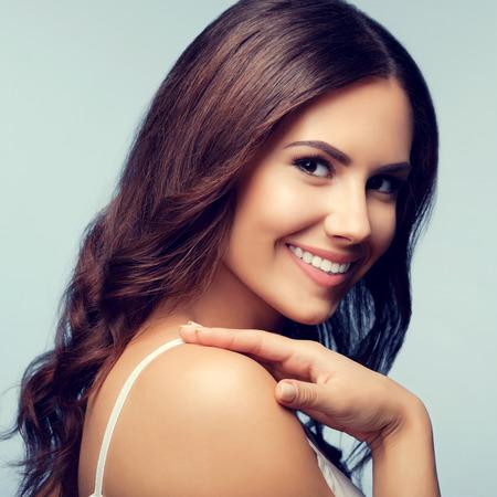 Portret van mooie gelukkig lachende jonge vrouw