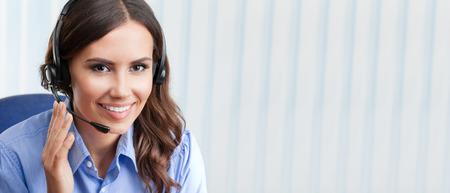 Portrait eines glücklichen Lächeln fröhlich schöne junge weibliche Unterstützung Telefonistin in Headset, im Büro, mit leeren Copyspace Bereich für Slogan oder Text. Kundendienst Service-Konzept.
