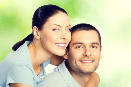 pareja abrazada: Retrato de joven feliz abrazando amorosa pareja encantadora, al aire libre Foto de archivo