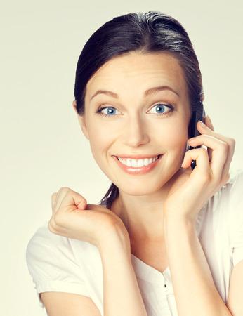 caras felices: Retrato de la sonrisa morena de negocios con el teléfono celular