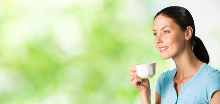part of me: Feliz sonriente joven beber café, al aire libre. Para proporcionar la máxima calidad, he hecho esta imagen, por la combinación de dos fotos. Puede utilizar la parte izquierda para lema, texto grande o banner.