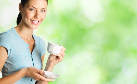part of me: Joven feliz sonriente mujer de beber café, al aire libre. Para proporcionar la máxima calidad, he hecho esta imagen, por la combinación de dos fotos. Puede utilizar parte derecha lema, texto grande o banner.