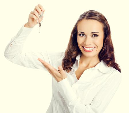 llaves: Feliz sonriente mujer de negocios joven o agente de bienes raíces que muestra las claves de la nueva casa