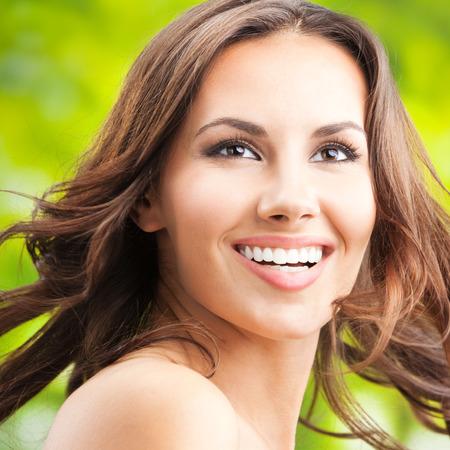 mujeres jovenes desnudas: Retrato de la hermosa mujer joven feliz y sonriente con el pelo largo,, composición de la plaza al aire libre Foto de archivo