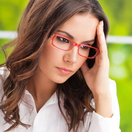 personen: Denken, moe of ziek met hoofdpijn zakelijke vrouw op kantoor