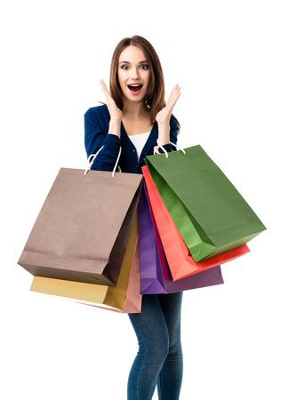 chicas de compras: Muy feliz joven y bella mujer en ropa casual con bolsas de compras, aisladas sobre fondo blanco