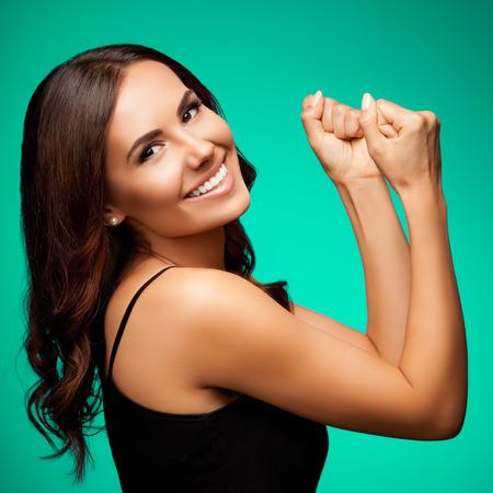 belle brune: Portrait de la belle jeune femme souriante gestes heureux gai, sur fond vert clair Banque d'images
