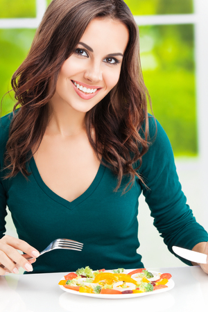 mujer sola: Retrato de feliz sonriente mujer morena con ensalada de verduras vegetariana