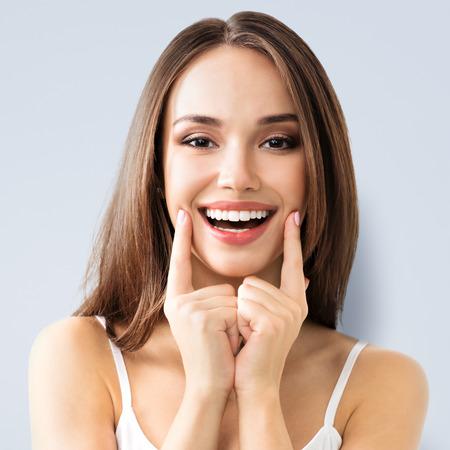 Junge Frau Lächeln, in casual smart Kleidung zeigt Standard-Bild - 52082938