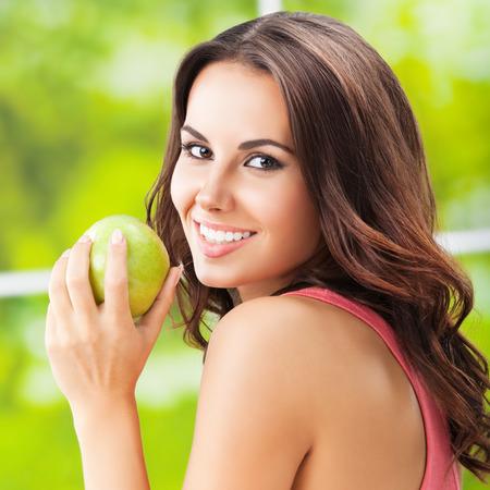 manzana verde: Mujer sonriente feliz joven con la manzana verde