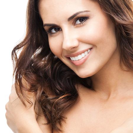 mujeres jovenes desnudas: Close up retrato de joven y bella mujer sonriente feliz, aislado sobre fondo blanco Foto de archivo