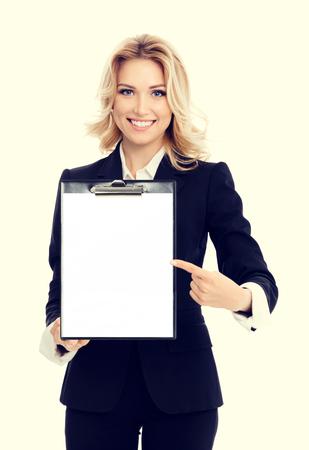 portapapeles: Retrato de mujer de negocios que muestra el portapapeles en blanco, con área de copyspace de texto o lema