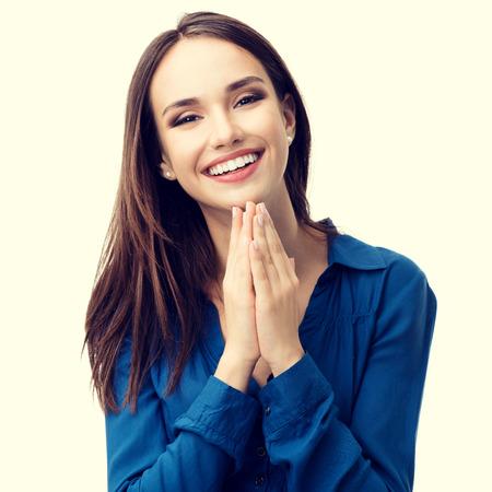 mujeres orando: Retrato de gesticular feliz de la mujer joven y sonriente en la ropa azul informal elegante