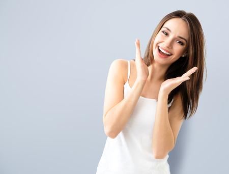 Junge Frau Lächeln, in casual smart Kleidung zeigt, mit Exemplar Bereich für Text oder Slogan Standard-Bild - 59131375