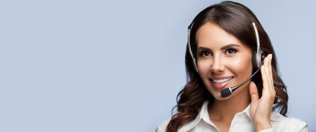 灰色の背景上のスローガンまたはテキスト メッセージを空白の copyspace エリアとヘッドセットのサポート女性の電話オペレーターの肖像画。コンサ