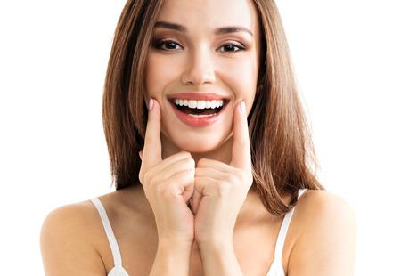 Jonge vrouw toont glimlach, in casual slimme kleding, geïsoleerd tegen een witte achtergrond. Kaukasische brunette model in emoshions en optimistisch, positief, blij gevoel begrip studio schieten.