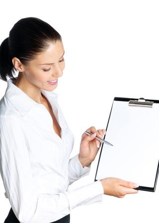 eslogan: Joven empresaria muestra portapapeles en blanco, con área de copyspace para el lema o mensaje de texto, aislado en blanco. modelo de mujer morena de raza caucásica en el éxito del negocio concepto de tiro del estudio.